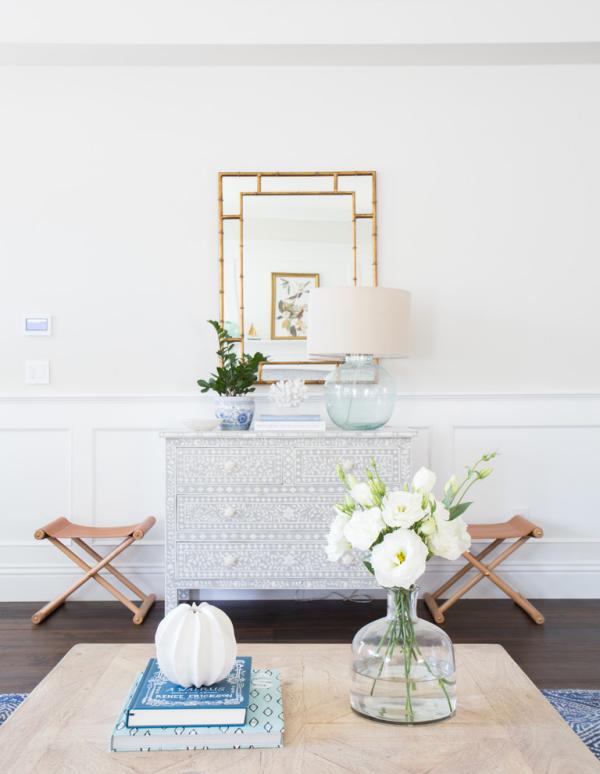 Dekorative Wandspiegel im Flur helles Design weiße Blumen Klappstühle