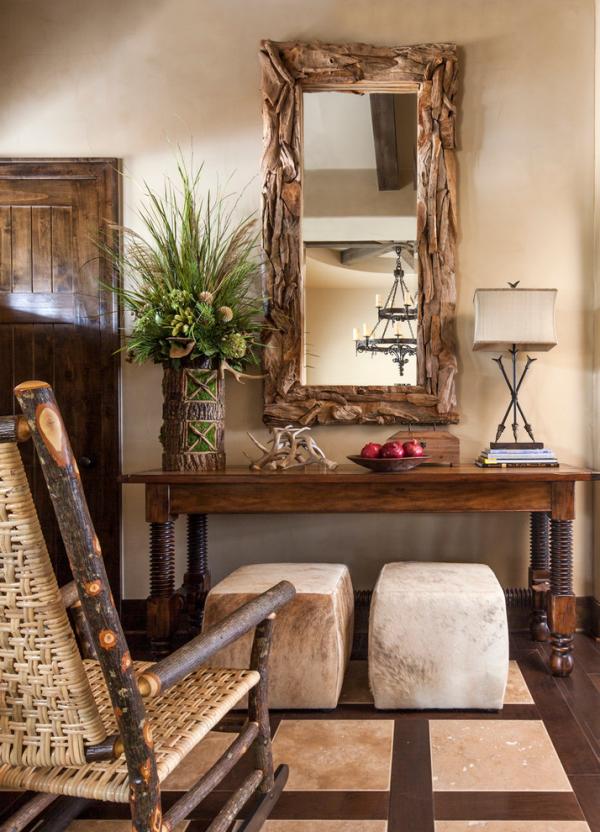 Dekorative Wandspiegel im Flur im Landhausstil Holzrahmen Lampe Vase Flechtsessel
