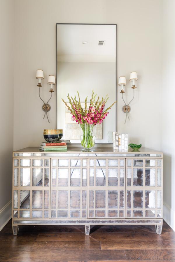 Dekorative Wandspiegel im Flur in einer Nische Wandlampen beiderseits des Spiegels