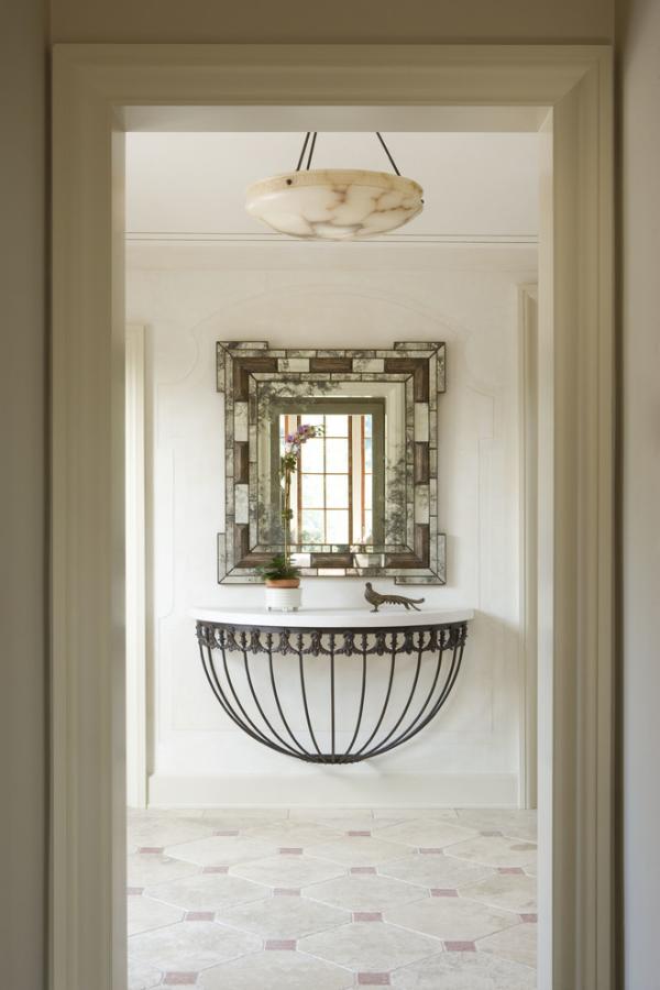 Dekorative Wandspiegel im Flur interessantes Design mit klassischen Elementen