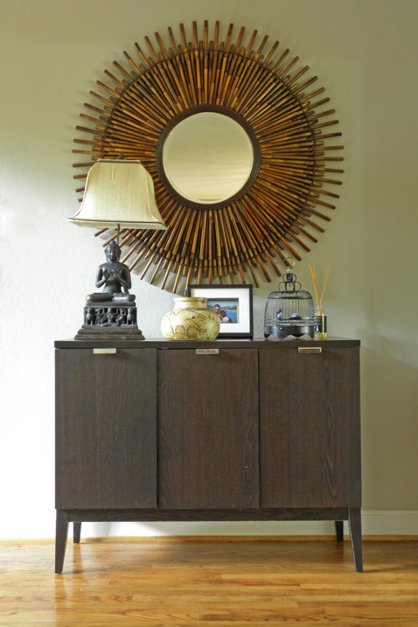 Dekorative Wandspiegel im Flur klassisches Design Sonnenform großer Holzschrank Lampe Deko
