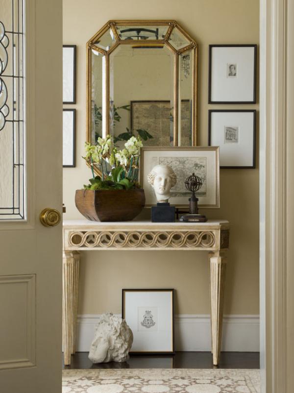 Dekorative Wandspiegel im Flur klassisches Design beige Hintergrund Deko Figuren