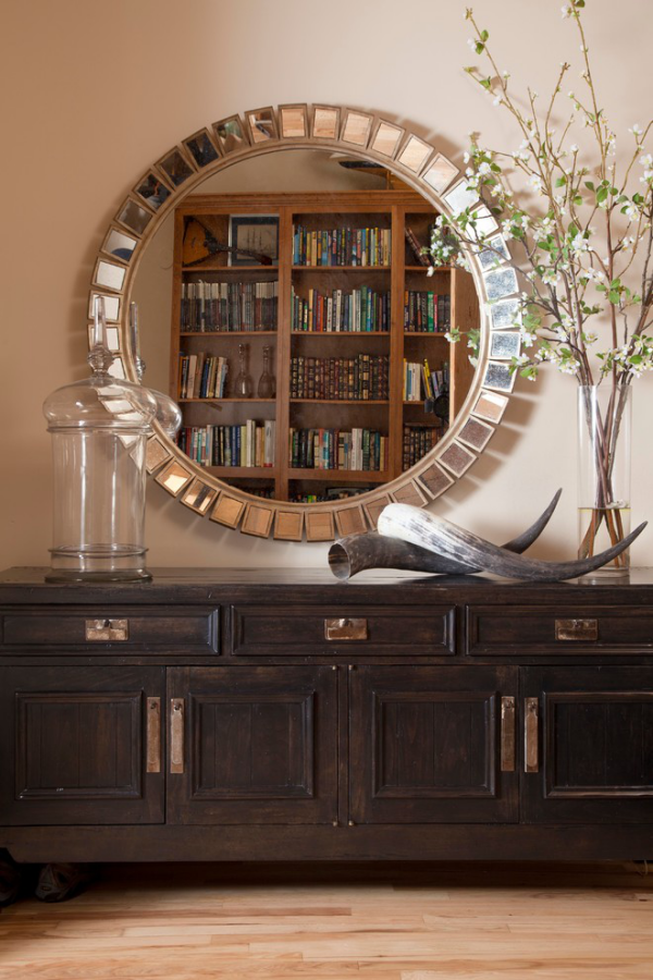 Dekorative Wandspiegel im Flur klassisches Design dunkler Holzschrank schöne Gestaltung