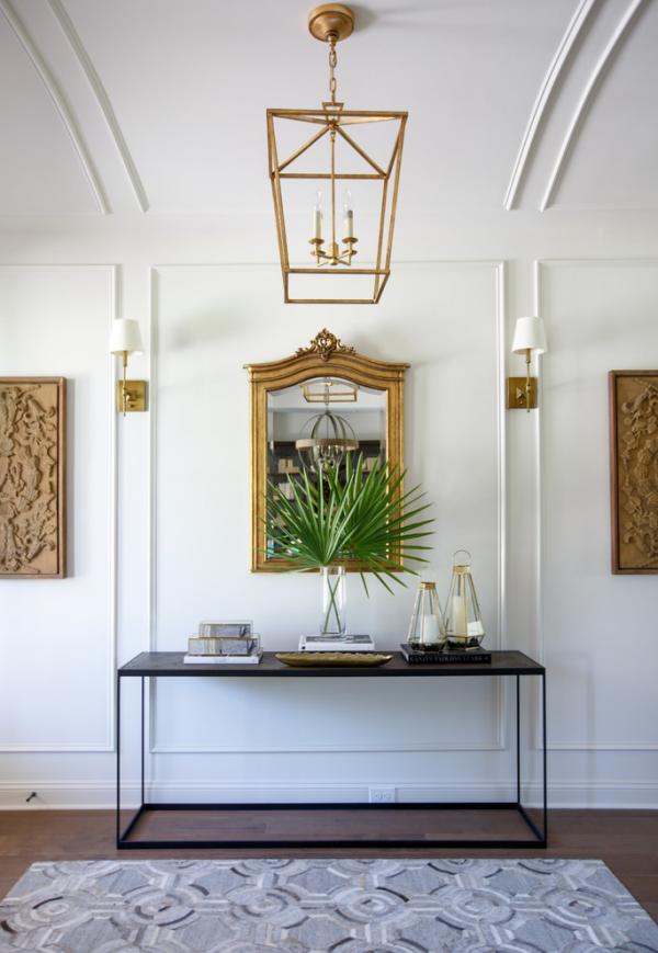 Dekorative Wandspiegel im Flur klassisches Raumdesign Holz Goldakzente