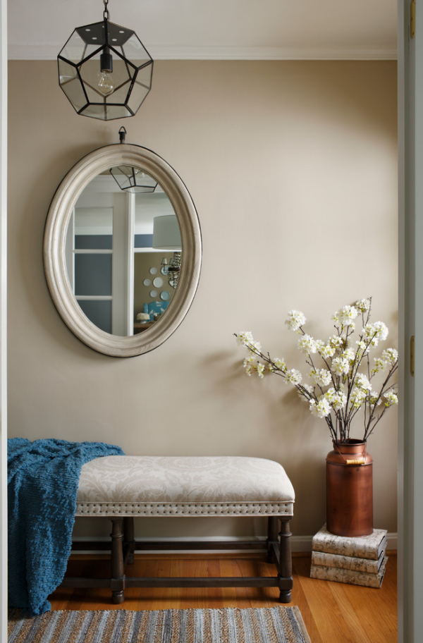 Dekorative Wandspiegel im Flur kleine Sitzecke