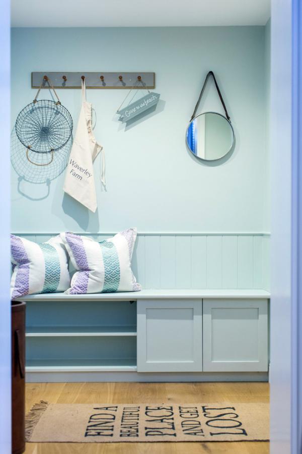 Dekorative Wandspiegel im Flur kleiner runder Spiegel hellblau und Holz