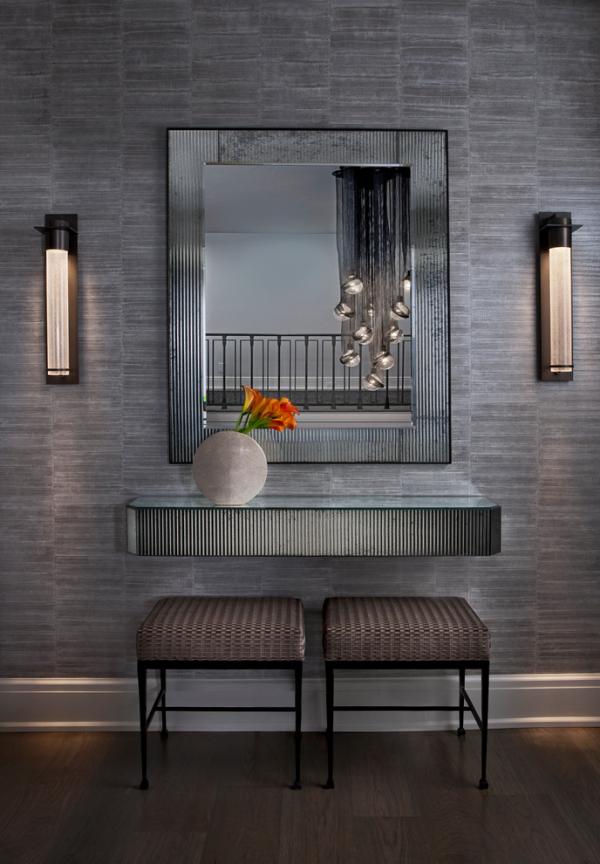 Dekorative Wandspiegel im Flur modernes Design in Grau zwei Wandleuchten mystisch