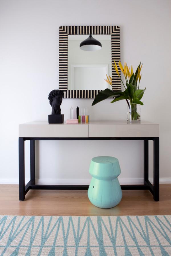 Dekorative Wandspiegel im Flur modernes Design rechteckiger Spiegel Vase mit Blumen Deko Artikel