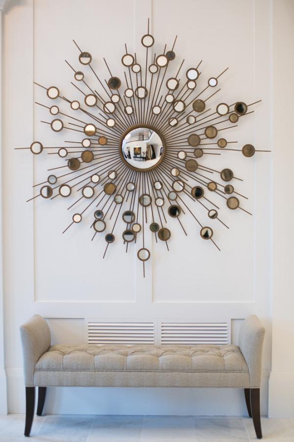 Dekorative Wandspiegel im Flur modernes Design runder Spiegel schöner Rahmen beige Polsterbank