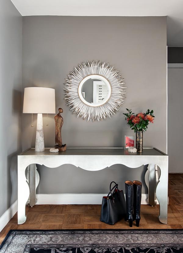 Dekorative Wandspiegel im Flur modernes Design runder Spiegel weißer Tisch