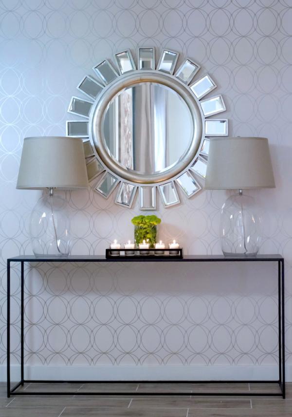 Dekorative Wandspiegel im Flur modernes Design zwei Lampen runder Spiegel