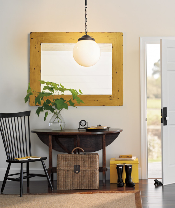 Dekorative Wandspiegel im Flur rechteckige Form Holzrahmen Tisch Stuhl Lampe