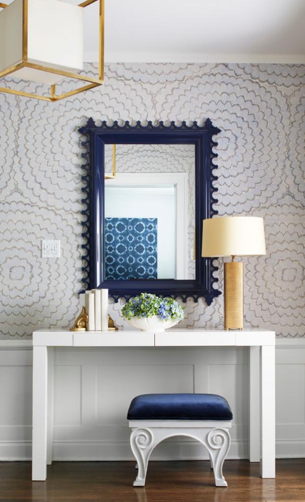 Dekorative Wandspiegel im Flur rechteckige Form dunkelblauer Rahmen Hocker Tisch