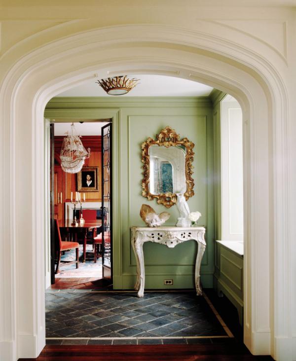 Dekorative Wandspiegel im Flur rechteckige Form verschnörkelter Rahmen