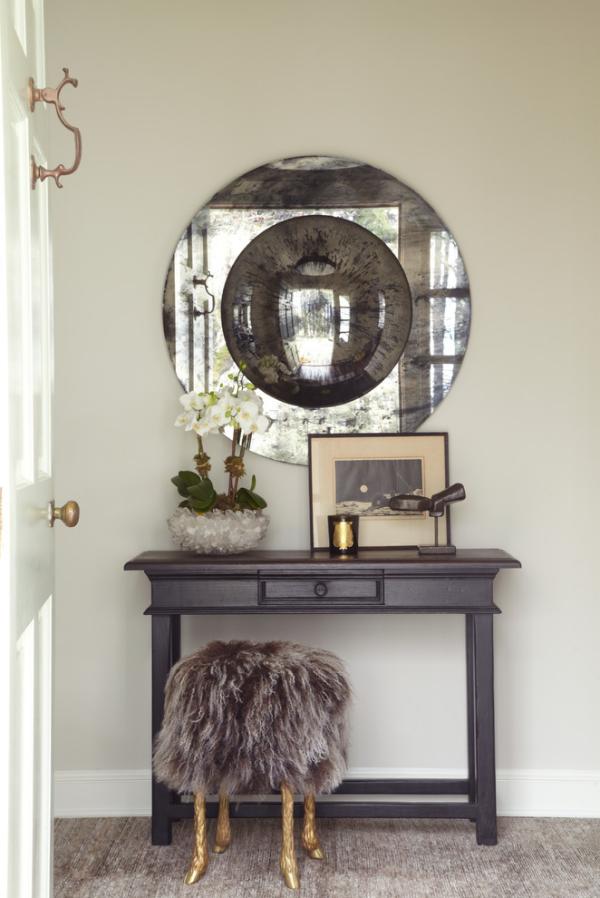 Dekorative Wandspiegel im Flur runde Form glitzernder Rahmen Hocker mit Kunstfell