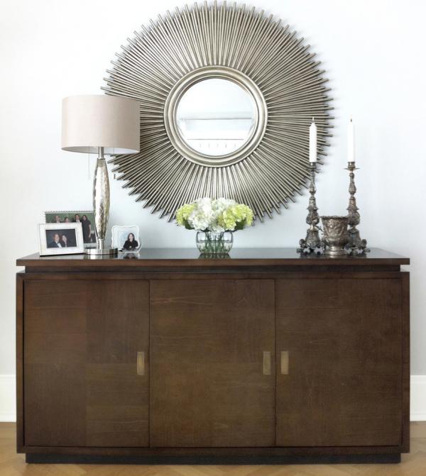 Dekorative Wandspiegel im Flur runde Forme Sonne großer Holzschrank