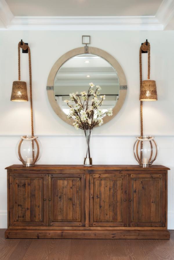Dekorative Wandspiegel im Flur runder Spiegel Holzschrank zwei Lampen