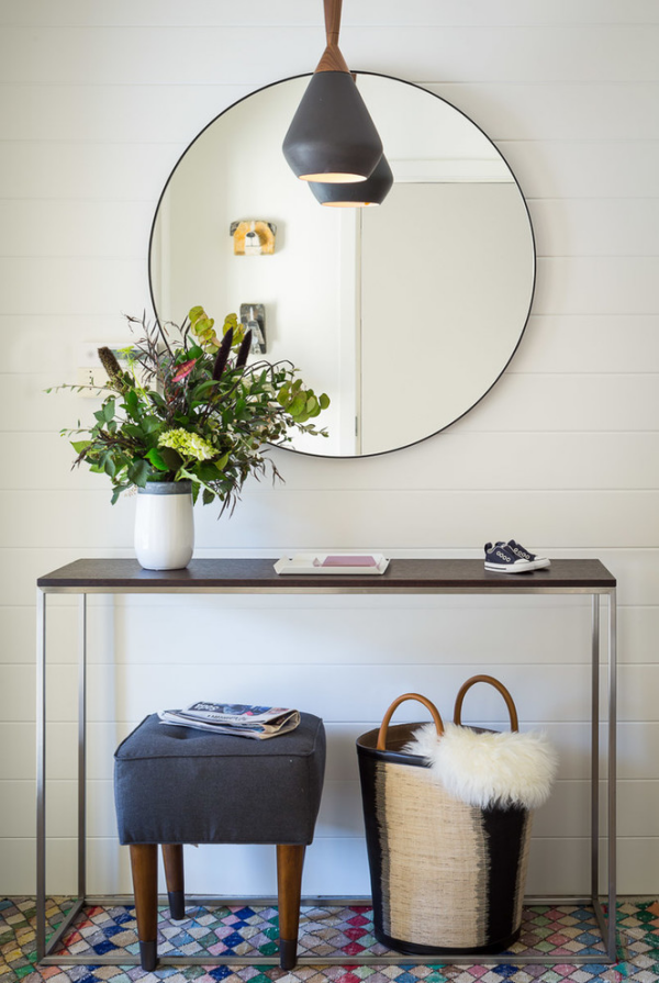Dekorative Wandspiegel im Flur runder Spiegel ohne Rahmen Tisch Hocker Korb