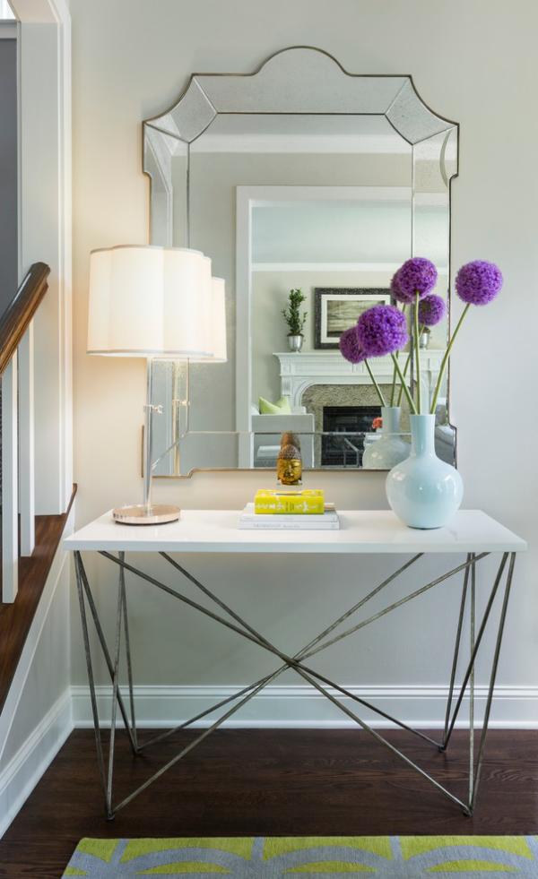 Dekorative Wandspiegel im Flur schönes Design Vase mit Blumen Lampe