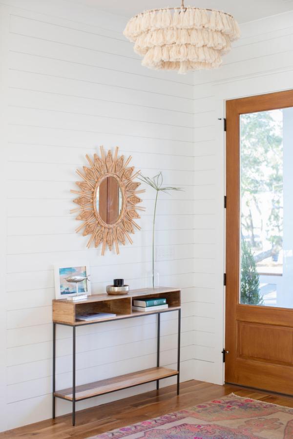Dekorative Wandspiegel im Flur schlichtes Design Holz und Weiß