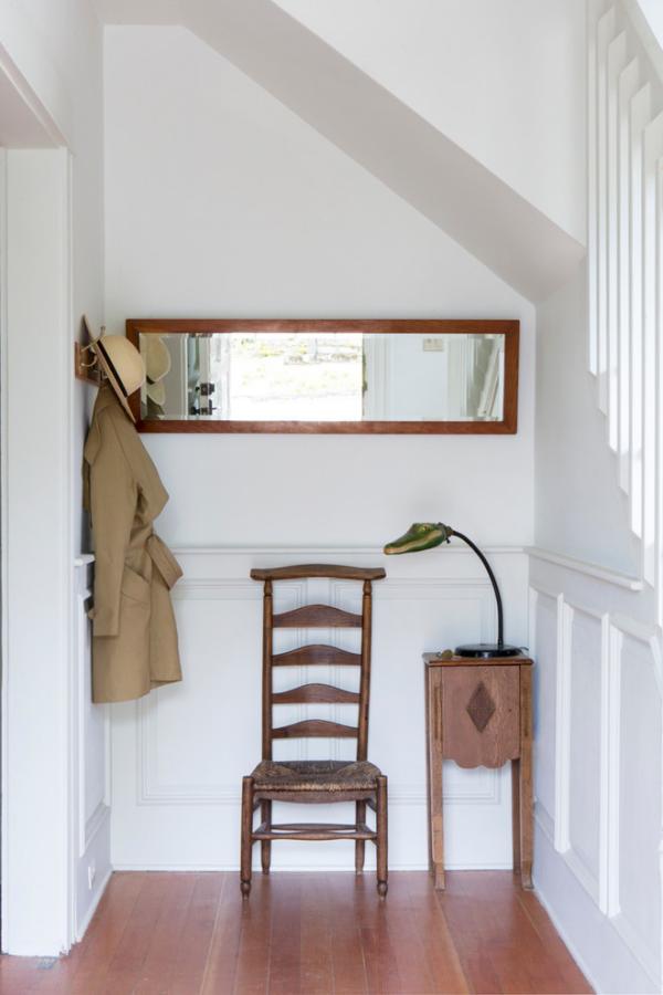 Dekorative Wandspiegel im Flur schlichtes Design Stuhl Lampe Kleiderhaken