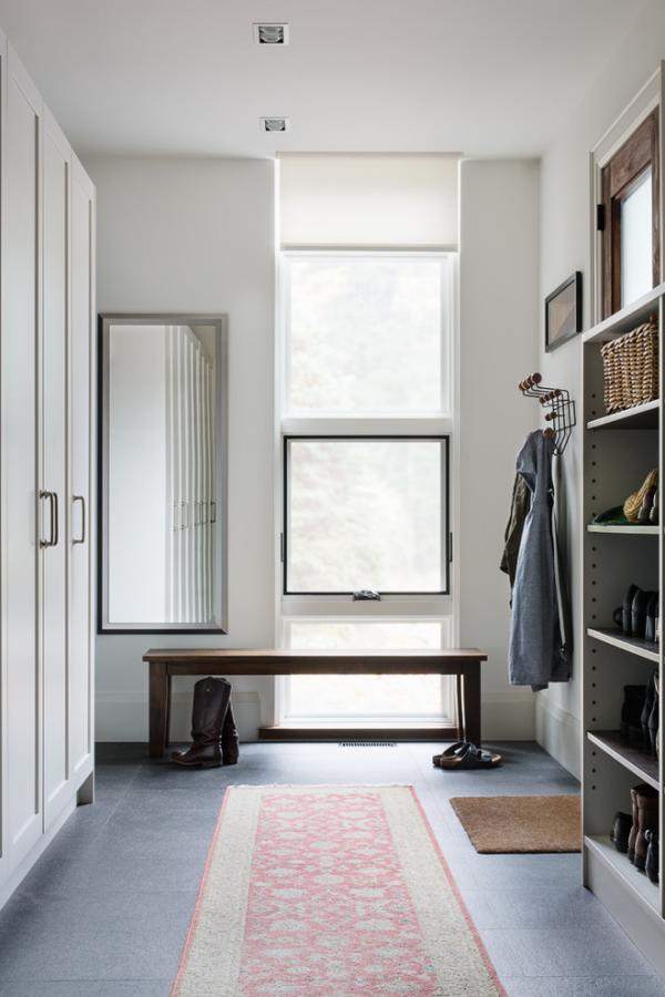 Dekorative Wandspiegel im Flur schlichtes Design in Grau rechteckige Spiegelform