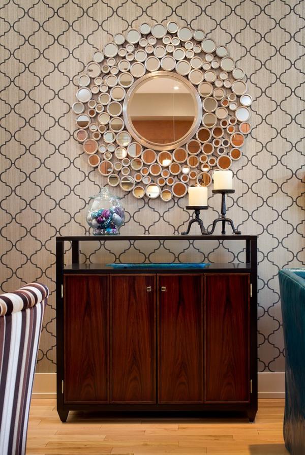 Dekorative Wandspiegel im Flur viele verschiedene Formen braun beige Farbpalette