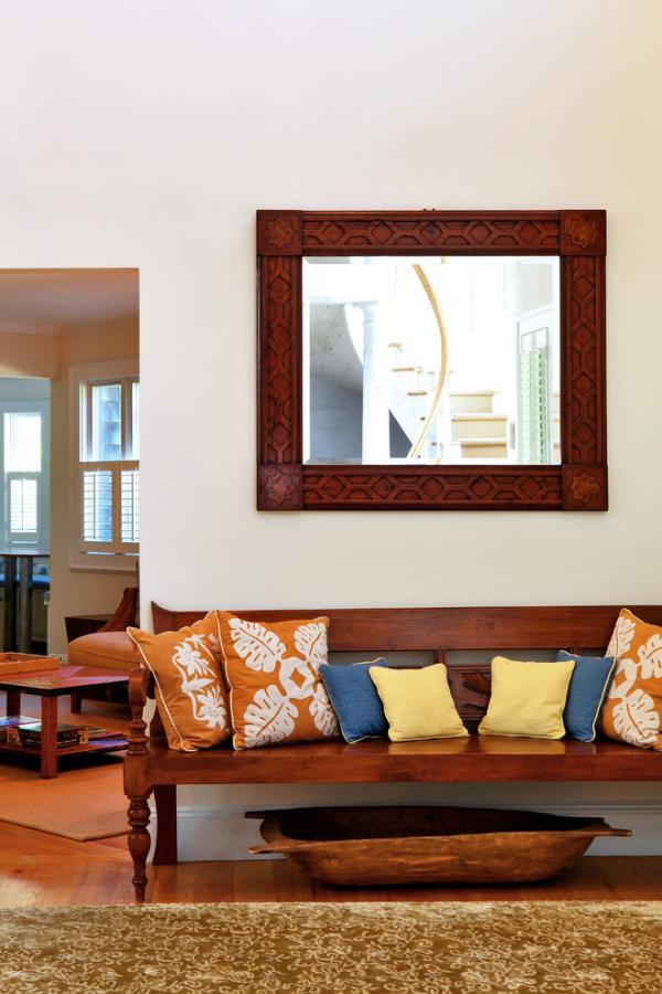 Dekorative Wandspiegel im Flur viereckige Form Landhausstil plus moderne Elemente