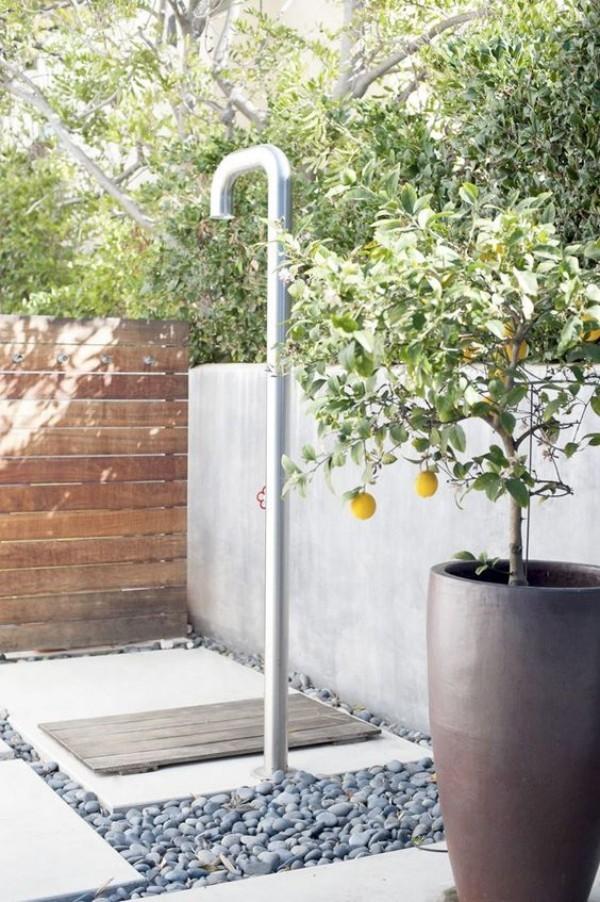 Gartendusche Holzbrett auf weißen Betonplatten sichtgeschützter Platz Zitronenbaum