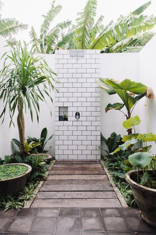 Gartendusche beim Duschen ein Tropenwald-Feeling haben