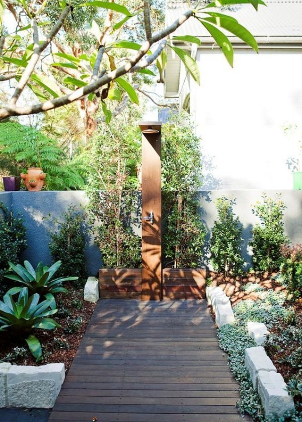 Gartendusche draußen duschen Gartengrün