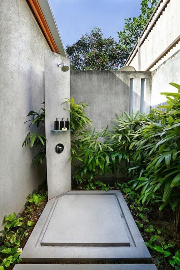 Gartendusche draußen duschen speziell gestaltete Duschecke inmitten von Gartengrün
