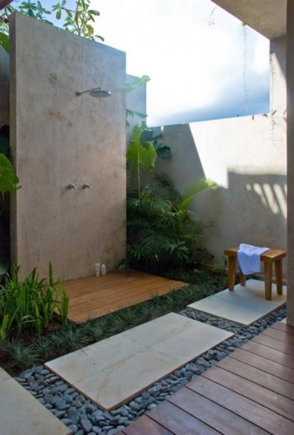 Gartendusche fest installiert viel Grün daneben