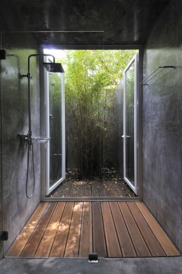 Gartendusche in einer Nische mit Zugang zum Garten