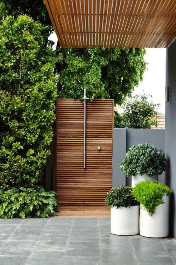Gartendusche perfektes Design viel Grün Teak Holz sehr einladend