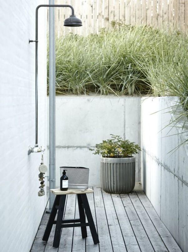 Gartendusche sichtgeschützter Platz viel Grün rundherum