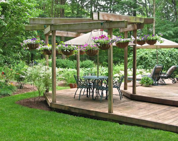 Gartentipps für jedermann Holzpergola Blumenampeln sehr einladend