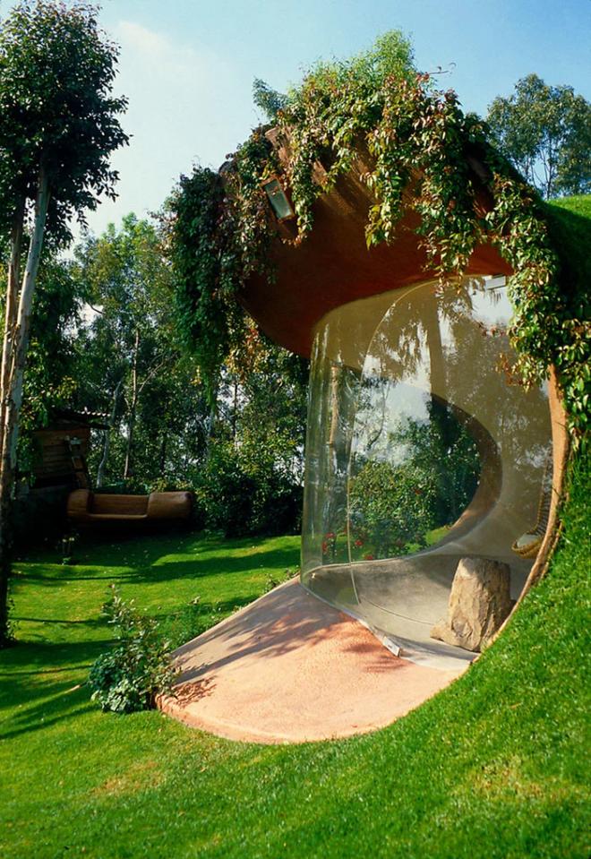 Hobbit House organische Architektur Glaswand nahtloser Übergang zwischen drinnen und draußen