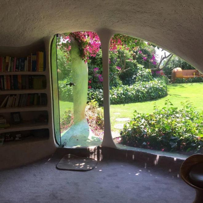Hobbit House organische Architektur eingebauter Bücherschrank viele Bücher