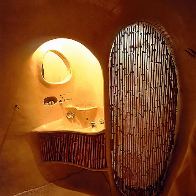 Hobbit House organische Architektur helles sonniges Bad