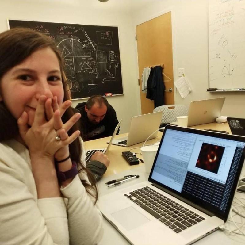 Katie Bouman erstes Foto Schwarzes Loch kann es kaum fassen