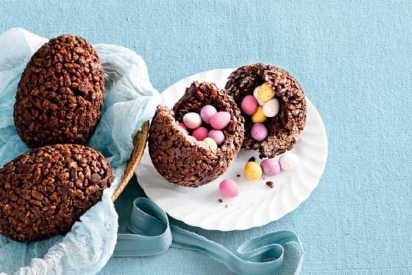 Kleine Bonbons in großen Ostereiern