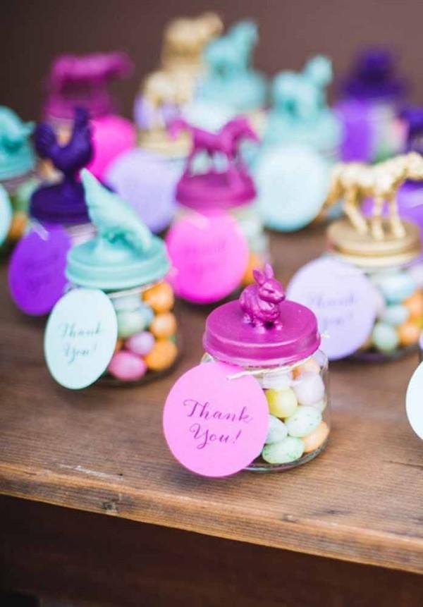 Kleine Glasdisen mit Eiern Ostern Geschenke