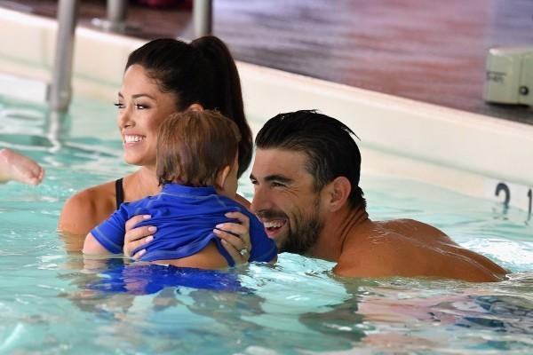 Michael Phelps Nicole Johnson und ihr Sohn schwimmen im Pool