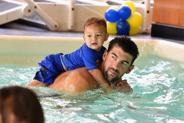 Michael Phelps erster Sohn Boomer Robert im Schwimmbecken