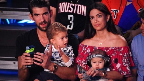 Michael Phelps seine Frau Nicole und beide Söhne beim Sportevent im Publikum