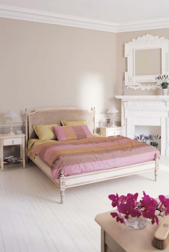Minimalistisches Schlafzimmer Blumen als Farbtupfer positive Wirkung