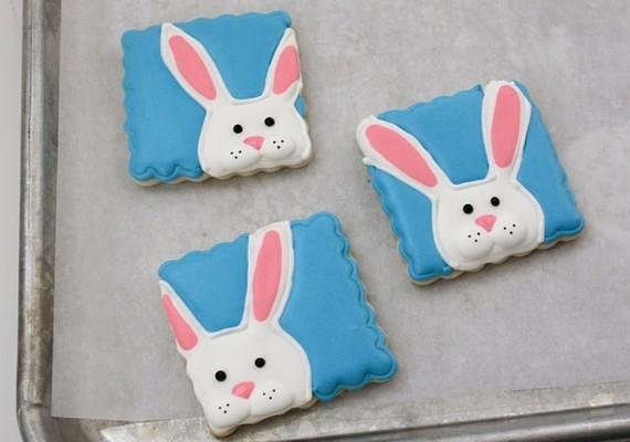 Osterhasen backen Kekse mit Zuckerguss dekorieren