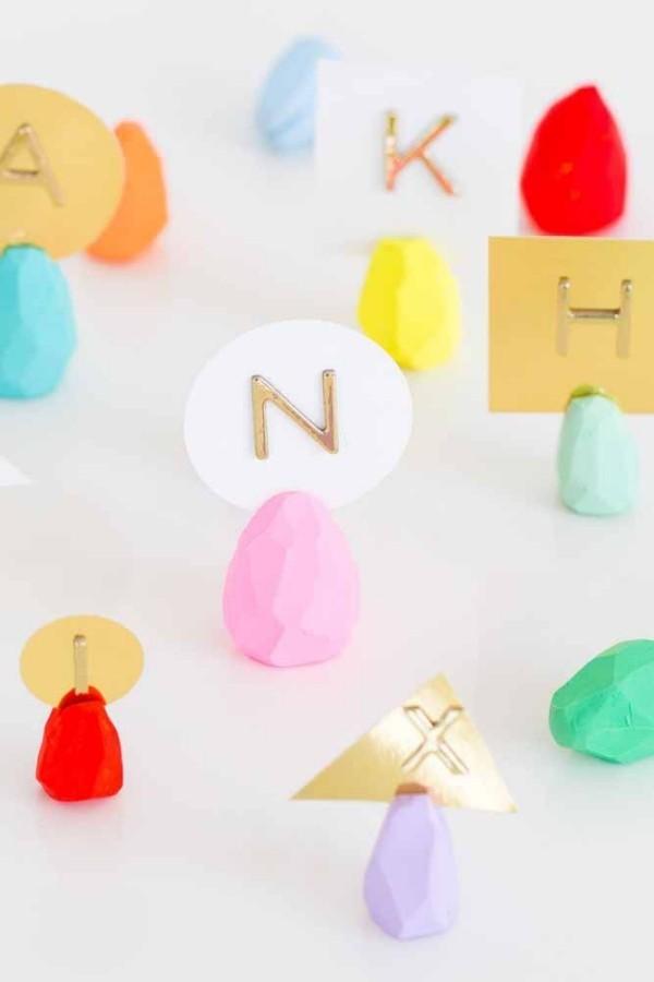 Ostern Geschenke Buchstaben und Papierstückchen
