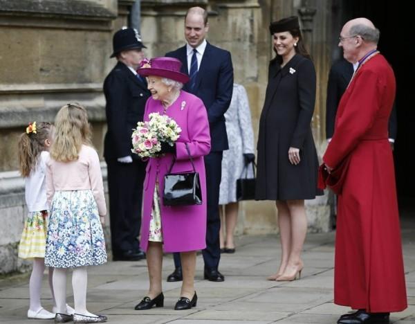 Queen Elizabeth Kinder nach der Messe